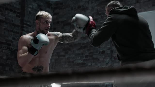 vídeos y material grabado en eventos de stock de boxeador sparring con entrenador - artes marciales