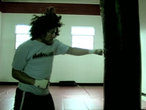 vídeos de stock, filmes e b-roll de treino de boxe clipe 3 - comodidades para lazer