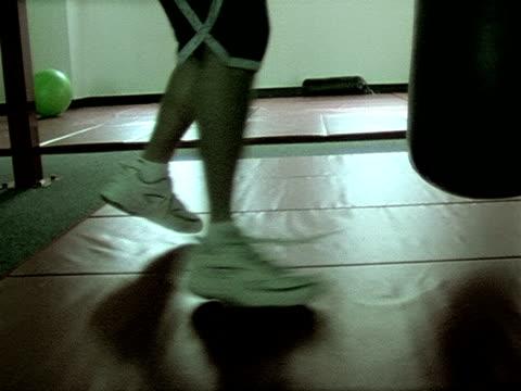 vídeos de stock, filmes e b-roll de treino de boxe clipe 4 - comodidades para lazer