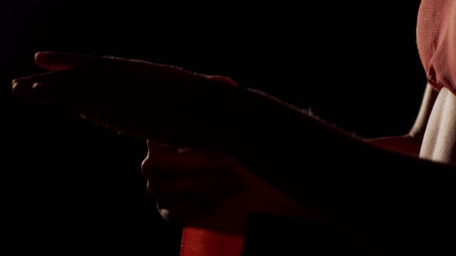 Boxer de concluir la manos. Primer plano de mujer completando la envoltura de la mano para el boxeo. - vídeo