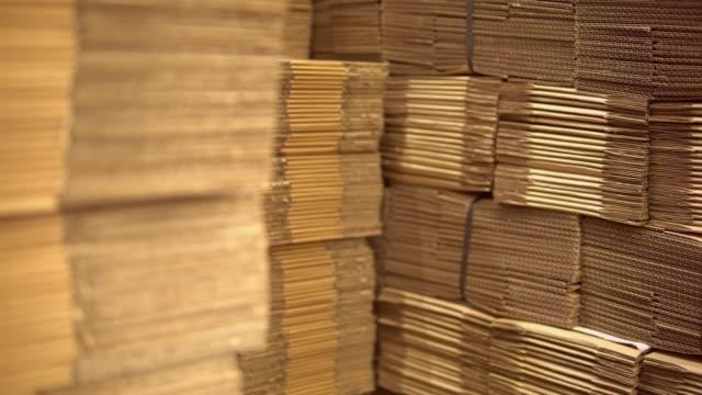 vídeos de stock e filmes b-roll de boxes in production or warehouse - engradado
