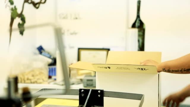 boxning flaskor vin - wine box bildbanksvideor och videomaterial från bakom kulisserna