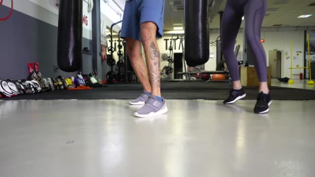 vídeos de stock, filmes e b-roll de footwork de boxe - autodefesa