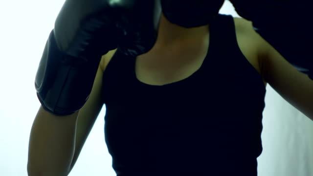 guanti da boxe da vicino sulla boxe all'ombra - sacco per il pugilato video stock e b–roll
