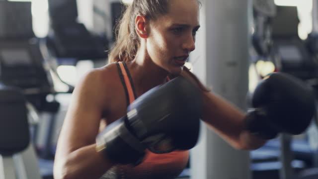 vídeos de stock, filmes e b-roll de o boxe é um exercício total do corpo - autodefesa