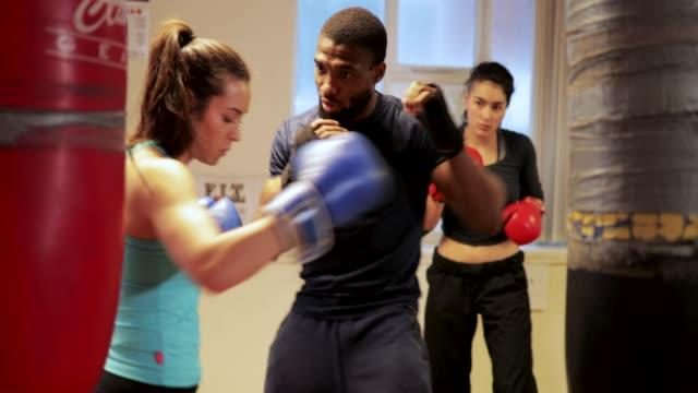 boxing lesson - allenatore video stock e b–roll