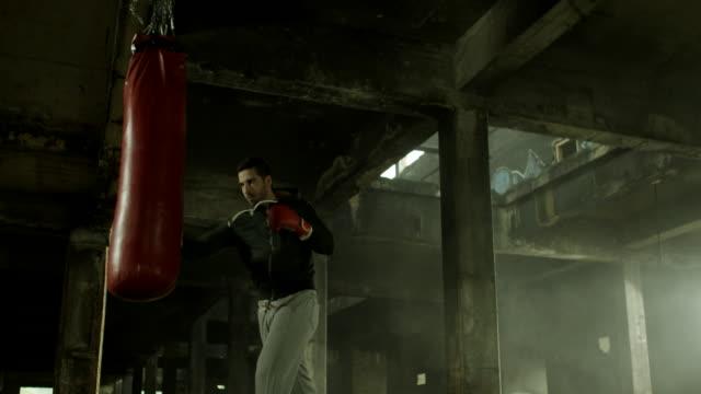 ボクシングのワークアウトで、古い建物 - ボクシング点の映像素材/bロール