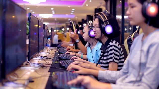 stockvideo's en b-roll-footage met jongen en meisje spelen van computerspel instellen de scène - kampioenschap
