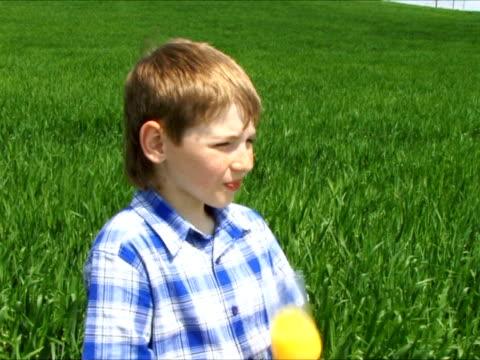 ragazzo e succo di frutta - solo bambini maschi video stock e b–roll