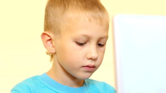 ragazzo del computer - solo neonati maschi video stock e b–roll