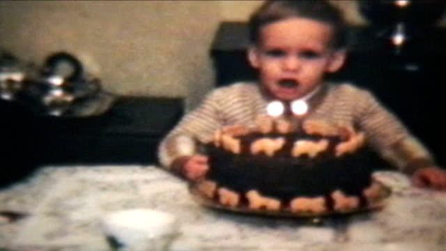 Junge bläst immer Sie Kerzen auf Kuchen (1964 Vintage 8 mm – Video