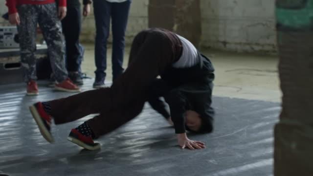 pojke breakdancing på golvet - dansbana bildbanksvideor och videomaterial från bakom kulisserna