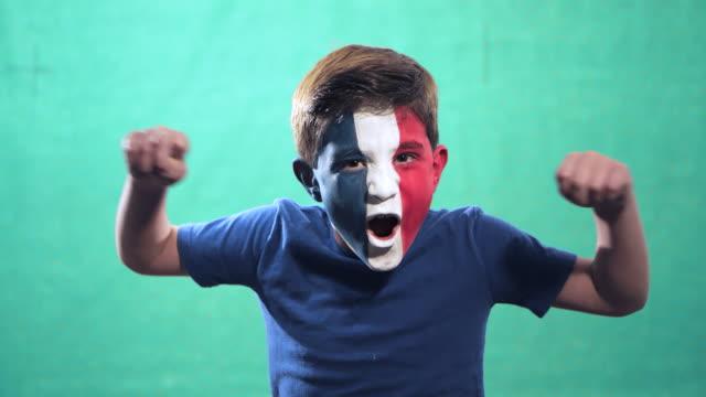vídeos de stock e filmes b-roll de boy celebrates france victory - campeão soccer football azul