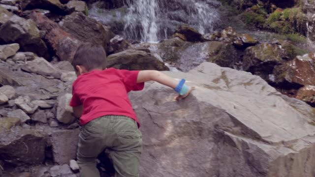 vídeos y material grabado en eventos de stock de chico, escalada de rocas de la cascada - escalada en rocas