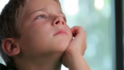 junge contemplates die zukunft - 20 sekunden oder länger stock-videos und b-roll-filmmaterial