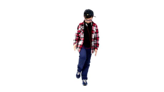 ragazzo ballare su sfondo bianco - berretto video stock e b–roll