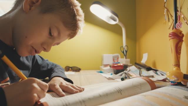 Niño haciendo su tarea de matemáticas - vídeo