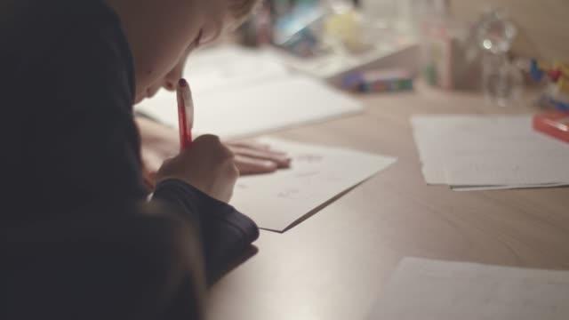 vidéos et rushes de garçon, dessin à la maison - fournitures scolaires