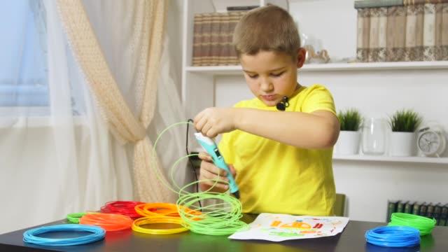 rysunek chłopca za pomocą pióra 3d - sztuka i rzemiosło wytworzony przedmiot filmów i materiałów b-roll