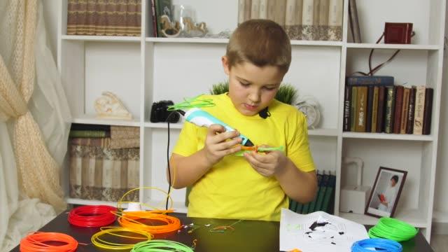 vidéos et rushes de garçon de dessin avec un stylo 3d - art et artisanat