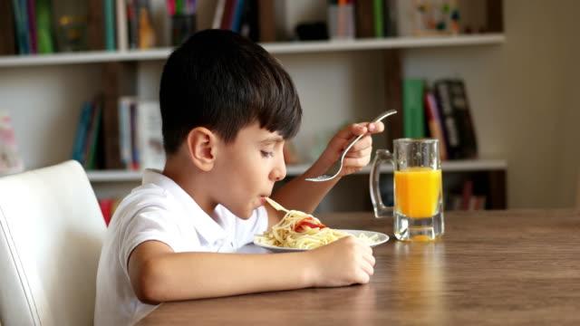 vidéos et rushes de petit garçon manger des spaghettis - spaghetti bolognaise
