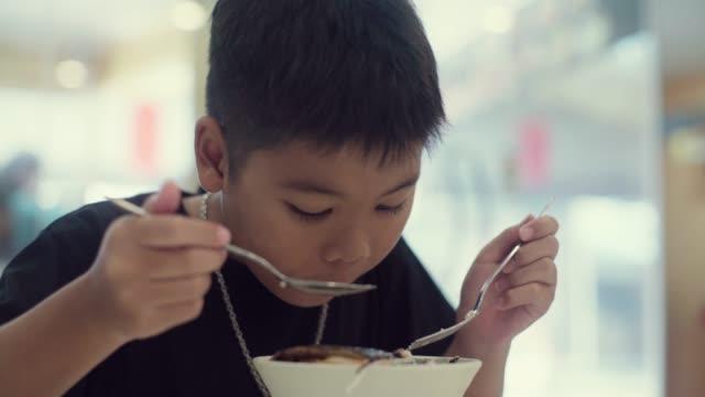 Boy 食事 ビデオ