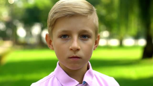 pojke ansikte förvandlas till gubbe, åldrande och generationer, tid förgänglighet koncept - age bildbanksvideor och videomaterial från bakom kulisserna