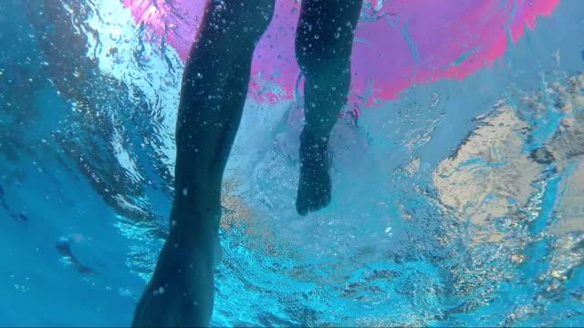 pojke flyter på en uppblåsbar cirkel i poolen, utomhus - inflatable ring bildbanksvideor och videomaterial från bakom kulisserna