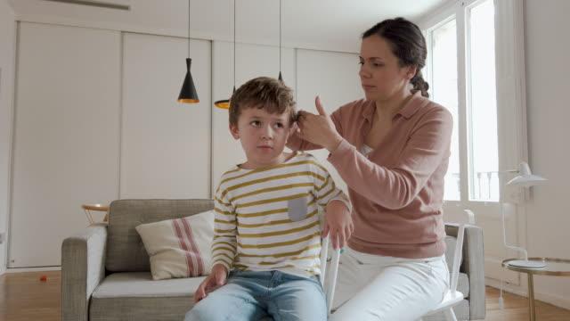 vidéos et rushes de garçon obtenant une coupe de cheveux pendant la quarantaine pour covid-19 - salons et coiffeurs