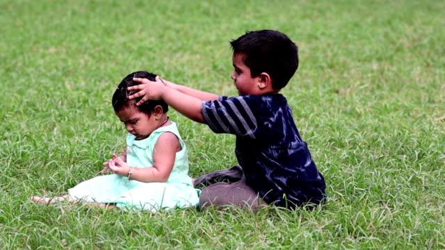 Menino & menina que joga no parque - vídeo