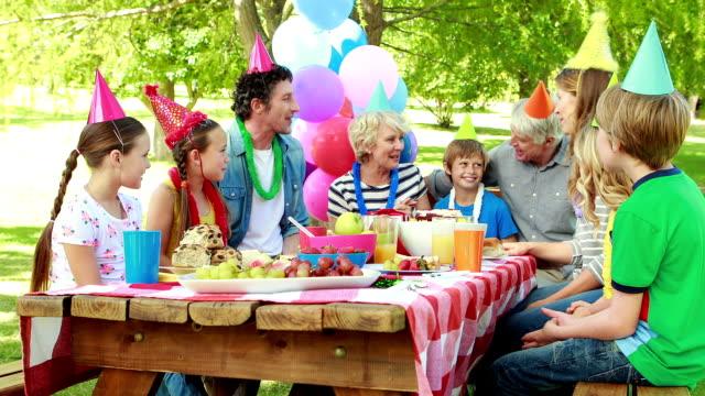 vidéos et rushes de garçon avec une fête d'anniversaire avec la famille - fête de naissance
