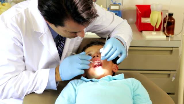 Niño con urgencia de Dental - vídeo
