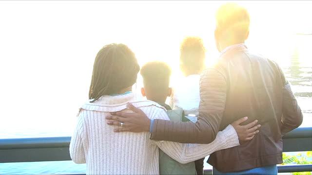 Rapaz ajudando irmã, pais cheguem na orla marítima da cidade - vídeo