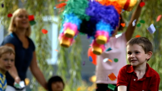 Boy pulsando un piñata a party, slow motion - vídeo