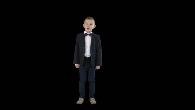 穿西裝的男孩走在一個框架,並開始說話,阿爾法頻道 - 高清電視 影像的技術 個影片檔及 b 捲影像