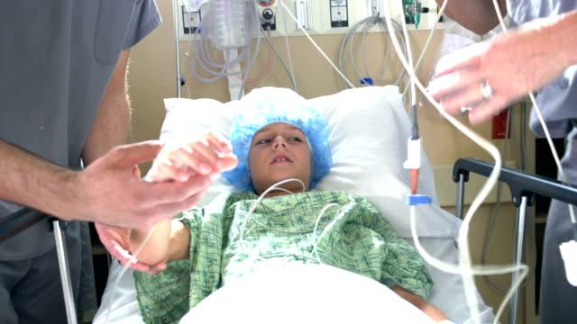 vídeos y material grabado en eventos de stock de niño en el hospital de niños con médicos - male nurse