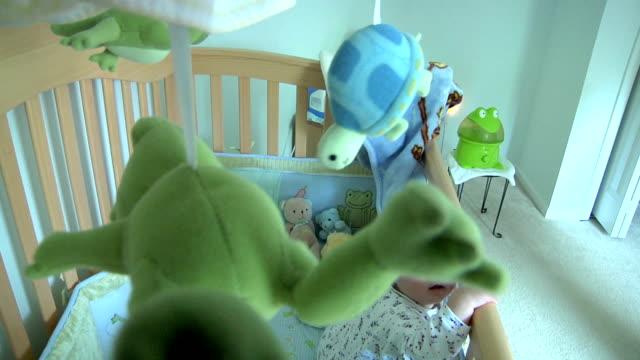 bambino in culla - solo neonati maschi video stock e b–roll