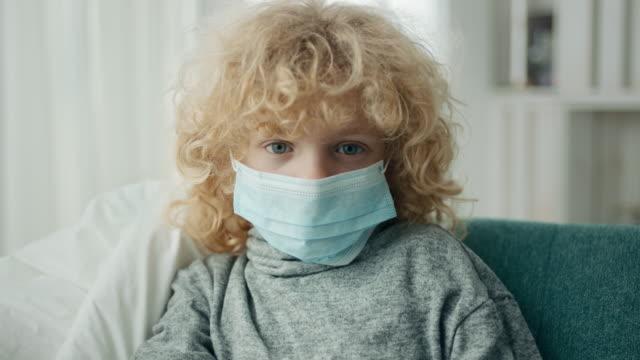 vidéos et rushes de garçon en quarantaine parce que le virus de la couronne - enfant masque
