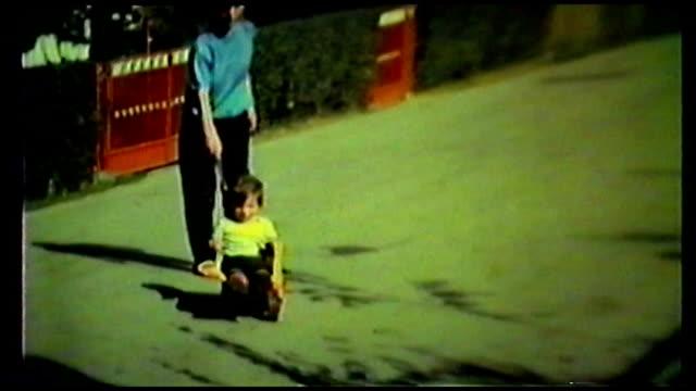 彼のトラックのグッズ 4 つ輪に通り落ちるの少年 - アーカイブ画像点の映像素材/bロール