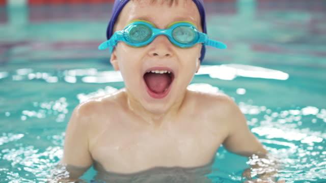 stockvideo's en b-roll-footage met jongen in het zwembad - swimmingpool kids