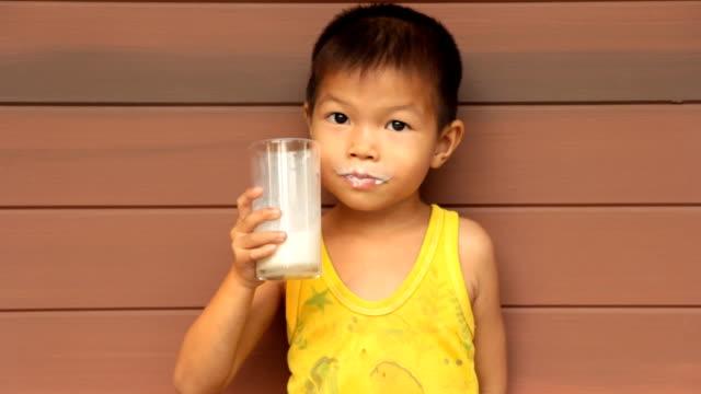 vídeos de stock e filmes b-roll de criança é beber leite materno. - leite