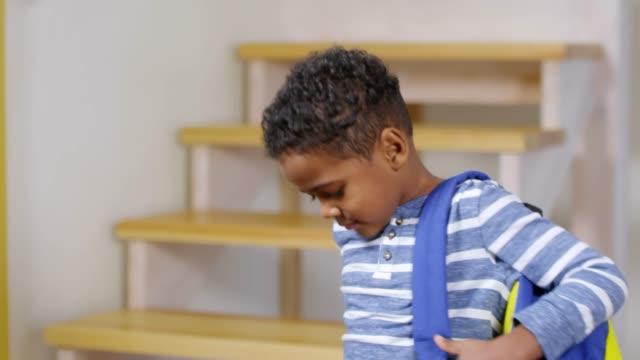çocuk okula gitmeye hazır - sırt çantası stok videoları ve detay görüntü çekimi