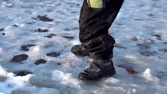 vídeos de stock, filmes e b-roll de menino pulando no gelo, - caminhada no gelo