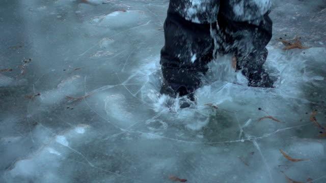 vídeos de stock, filmes e b-roll de menino pulando na corda bamba, velocidade lenta de 250 fps - caminhada no gelo