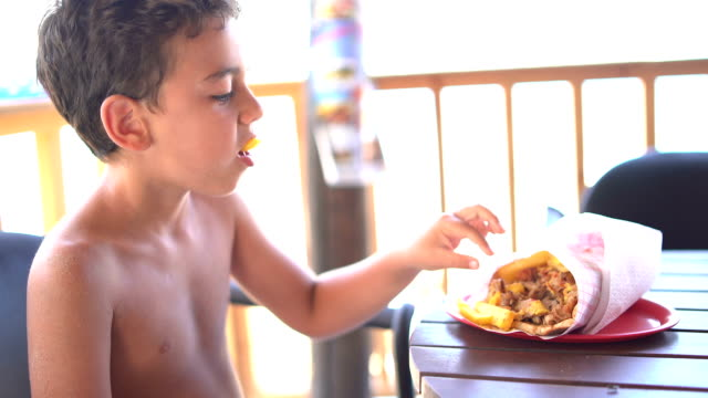 pojke lunch i restaurangen till stranden - bi insekt bildbanksvideor och videomaterial från bakom kulisserna