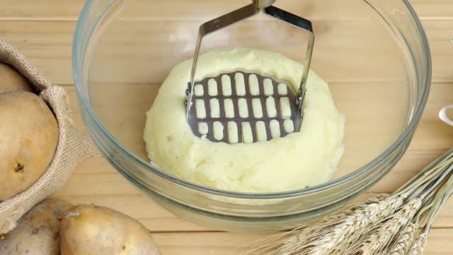 junge machen kartoffelpüree - küchenzubehör stock-videos und b-roll-filmmaterial