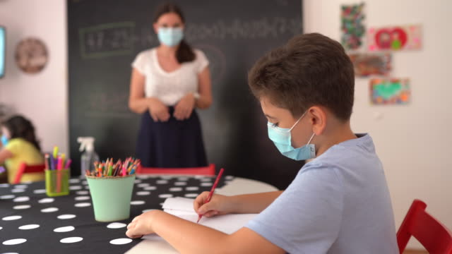 junge auf klassenkurs in privatschule klassenzimmer - nachhilfelehrer stock-videos und b-roll-filmmaterial