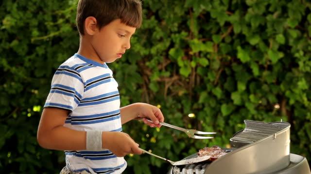少年 сookingステーキのグリル - ブタ点の映像素材/bロール