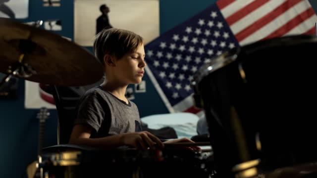 vídeos de stock, filmes e b-roll de menino tocando bateria no quarto - artista