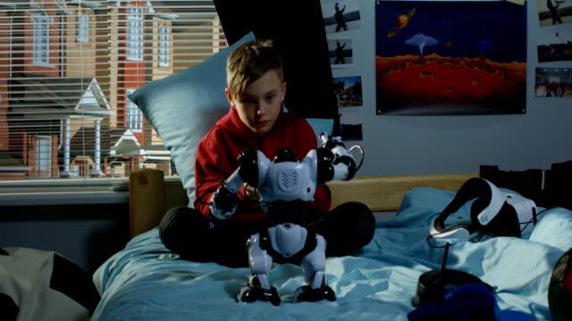 çocuk oyun ile bir oyuncak robot - dijital yerli stok videoları ve detay görüntü çekimi
